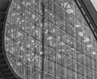 Het close-up, de volledige kadermening van venster met ijzer of het staal voorzien patroon van tralies Stock Fotografie