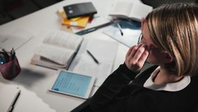 Het close-up een schoolmeisje of studenten afvegende glazen gebruikt een tablet en schrijft in een werkboek Zij ` s die haar thui stock footage