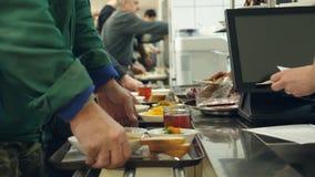 Het close-up, fabriekswerknemers, arbeiders betaalt contant geld voor schotels in moderne Self - servicekantine, cafetaria, knoei stock videobeelden