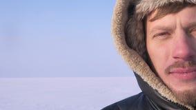 Het close-up helft-portret van ontdekkingsreiziger op middelbare leeftijd in kap het letten calmly op in camera glimlacht dan in  stock videobeelden