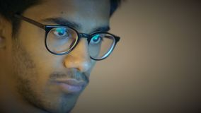 Het close-up, Indische Jongen in Glazen bekijkt Laptop het Scherm, uitvoert het Huiswerk stock footage