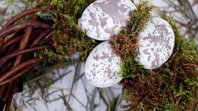Het close-up, mening van hierboven, omwenteling, Pasen-samenstelling, kroon van wilgentakken, verfraaide met mos en kwartelseiere stock videobeelden