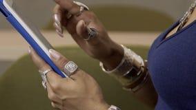 Het close-up op tablet Afrikaanse vrouw typt de tekst op het gadgetscherm stock video