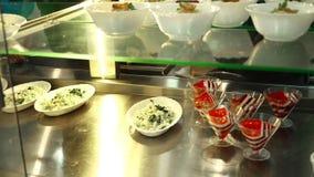 Het close-up, showcase met salades en geleidesserts in kantine, knoeit zaal, cafetaria, resturant Voedselbuffet lunch in zelf stock video