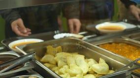 Het close-up, showcase met schotels in moderne Self - servicekantine, cafetaria, knoeit binnen zaal, fabriekswerknemers die lunch stock video