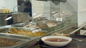 Het close-up, showcase met schotels in moderne Self - servicekantine, cafetaria, restaurant van openbare catering, knoeit zaal, stock videobeelden