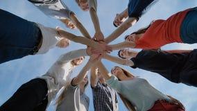 Het close-up sluit zich aan bij de vergadering van de handengroep, het concept van het jongerengroepswerk stock video