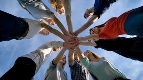 Het close-up sluit zich aan bij de vergadering van de handengroep, het concept van het jongerengroepswerk stock foto