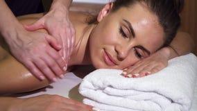 Het close-up toont het ontspannen gezicht van een meisje dat een achtermassage heeft stock afbeelding