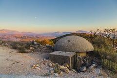 Het close-up van één van de talloze militaire concrete bunkers of de punten in zuidelijk Albanië bouwde tijdens de communistische royalty-vrije stock foto