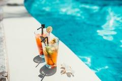 het close-up van alcoholische dranken, ijs en jenever en tonische limonade en mojito met kalk diende koude bij poolbar Stock Afbeeldingen
