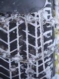Het close-up van autoband maakt met ketting vast Royalty-vrije Stock Afbeeldingen