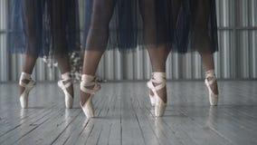 Het close-up van balletdansersbenen in pointeschoenen, de legging en het netwerk begrenzen opleiding in de choreografieruimte op  stock afbeelding