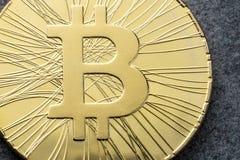 Het close-up van het Bitcoinmuntstuk bij de donkere achtergrond De Handelconcept van Bitcoinscryptocurrency Royalty-vrije Stock Afbeeldingen