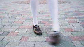 Het close-up van dansers` s benen, lijn De dans van Charleston van de meisjes die solo jazz dansen Grappige dans op de stads` s v stock footage