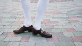 Het close-up van dansers` s benen, lijn De schommelingsdans van de meisjes die solo jazz dansen Grappige dans op de stads` s vier stock video