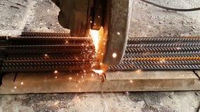 Het close-up van de Bulgaar snijdt metaal in langzame motie Vonkenvlieg uit van onder het wiel van de molen in langzame motie stock footage