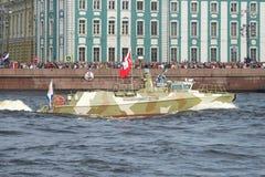 Het close-up van de de boot` Roofvogel ` van de hoge snelheidspatrouille tegen de achtergrond Royalty-vrije Stock Fotografie