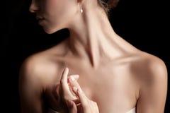 Het close-up van de hals van een jonge vrouw stock foto