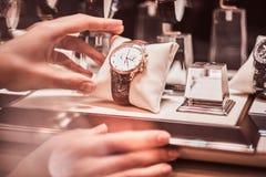 Het close-up van de hand van de verkoper toont het horloge van de exclusieve mensen van de nieuwe inzameling stock foto