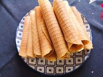 Het close-up van de heerlijke broodjes van de chocoladewafel ligt op witte plaat Voorbereiding van een zoet dessert Witte schone  royalty-vrije stock afbeeldingen