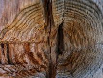 Het close-up van de houten textuur van de Raadsoppervlakte, oude houten achtergrond met barst, behandelde oud hout stock foto's