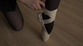 Het close-up van de kleine ballerina draagt Pointe-schoenen Vrouwelijke voeten in pointeschoenen Pointeschoenen versleten door ba stock video