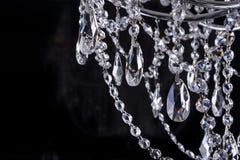 Het close-up van de kristalkroonluchter op zwarte Royalty-vrije Stock Afbeeldingen