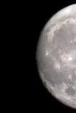 Het close-up van de Maan op een zwarte die nachthemel door een telescoop is ontsproten Royalty-vrije Stock Foto