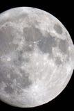 Het close-up van de Maan op een zwarte nachthemel die door een telescoop is ontsproten Stock Foto's