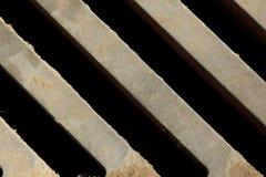 Het close-up van de metaalgrill Mening van hierboven Schuine lijnen Achtergrond, structuur De rooster van het afvoerkanaal royalty-vrije stock afbeelding