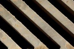 Het close-up van de metaalgrill Mening van hierboven Schuine lijnen Achtergrond, structuur De rooster van het afvoerkanaal stock foto's