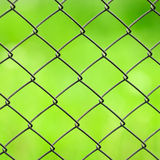 Het Close-up van de Omheining van het Netwerk van de draad op Groene Achtergrond stock afbeeldingen