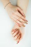 Het close-up van de vrouwenhand met mooie manicure op witte achtergrond royalty-vrije stock afbeelding