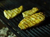 Het close-up van drie griiled stukken van vlees Gebraden varkensvlees op een grillachtergrond Rokerige schotel De ruimte van het  Royalty-vrije Stock Afbeelding