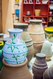 Het close-up van een aardewerk decortaed met bloemen bij Winkel stock foto's