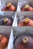 Het close-up van een groep brons kleurde Kerstmisballen in een kartondoos Stock Foto