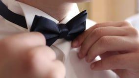 Het close-up van een heer die Avondkleding dragen maakt zijn bowtie recht stock videobeelden