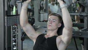 Het close-up van een mens voert gymnastiekoefeningen uit stock video