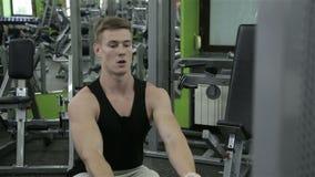 Het close-up van een mens voert gymnastiekoefeningen uit stock videobeelden
