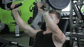 Het close-up van een mens voert gymnastiekoefeningen uit stock footage