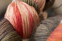 Het close-up van geverfte hand veregated strengen van garen stock afbeeldingen