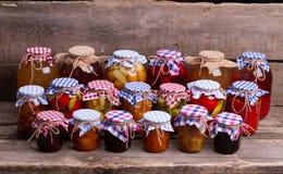 Het close-up van glaskruiken met vruchten en groenten Stock Foto's