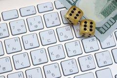 Het Close-up van het computertoetsenbord, Gokken dobbelt en Dollarcontant geld Royalty-vrije Stock Foto