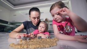 Het close-up van het koekjes` makende proces Het portret van de familie Slowmotion HD stock video