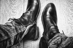 Het close-up van het leerschoenen van mensen, jeans Royalty-vrije Stock Afbeeldingen