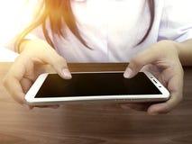 Het close-up van jong geitje ` s overhandigt dicht op het houden van digitale Slimme telefoon voor het spelen en onderwijs royalty-vrije stock foto