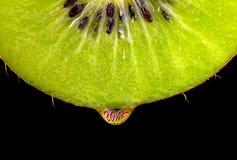 Het close-up van het kiwifruit met een daling van sap en het aantal 2019 Het concept het gezonde eten en levensstijl in het Nieuw royalty-vrije stock fotografie