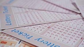 Het close-up van loterijkaartjes stock video