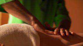 Het close-up van masseurs` handen maakt achtermassage Het concept van de gezondheid De handen van de masseur maken remediërende m stock footage